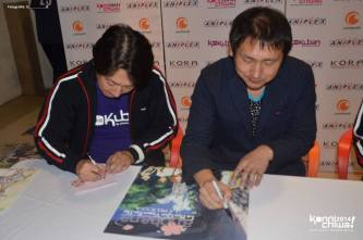 Henry Goto (Aniplex of America) y Hiroyuki Shimizu (Director en Jefe de AnoHana) durante la sesión de firmas. (Foto: @Q__________Q)